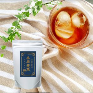 グラスに入った氷が浮いている高級老茶
