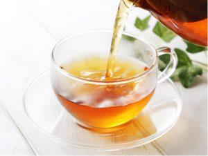 カップに注がれる老茶